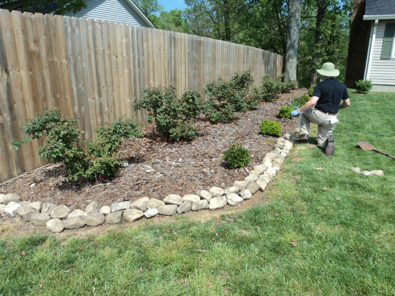 mulch-rentention-with-river-rock-before-mulching